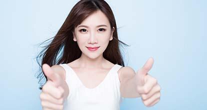 親指を立てた女性の写真