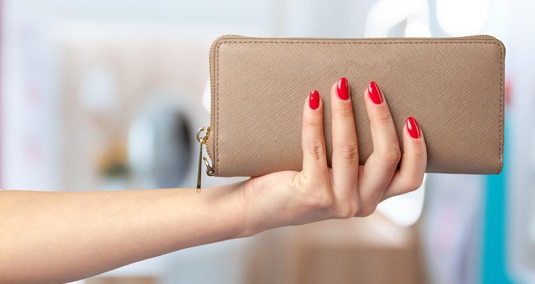 財布を持つ手
