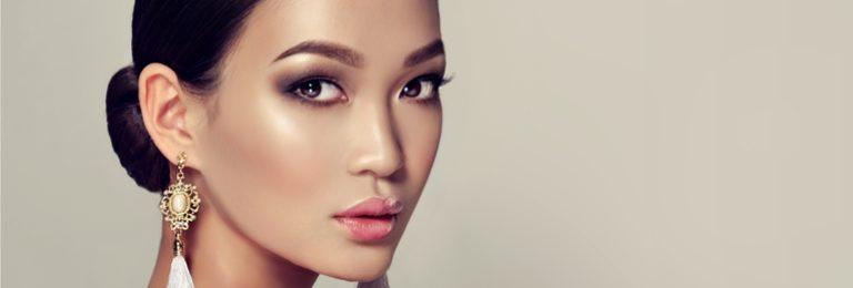 振り返りアジア人女性