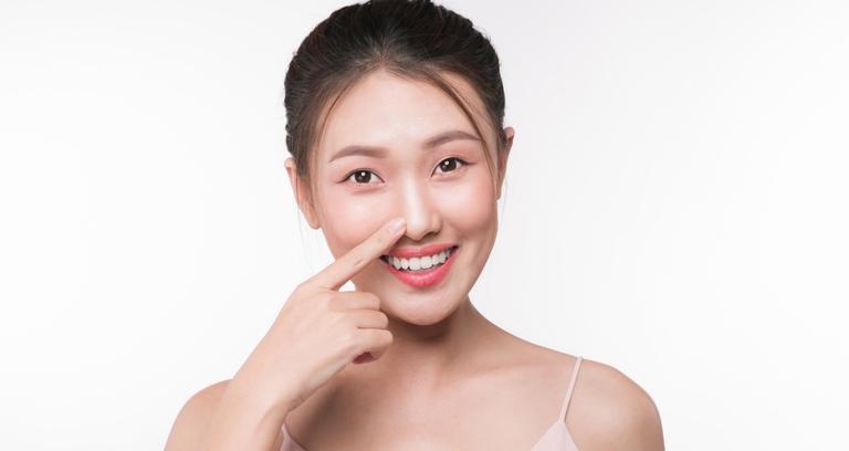 鼻に手を当てるアジア人女性