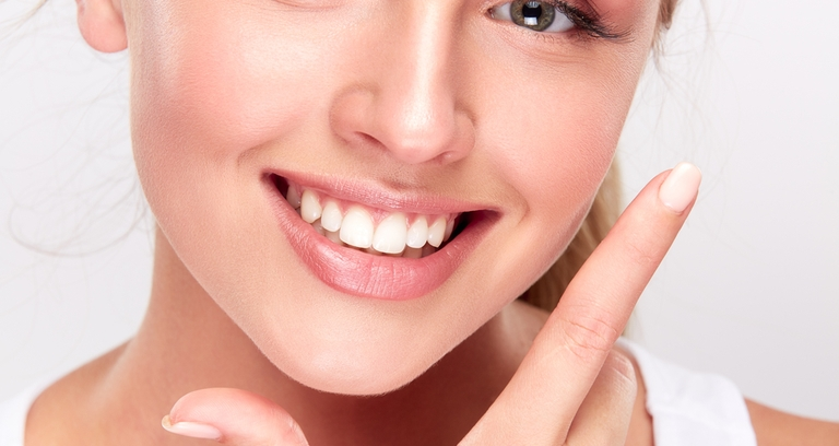 外国人女性笑顔歯寄り